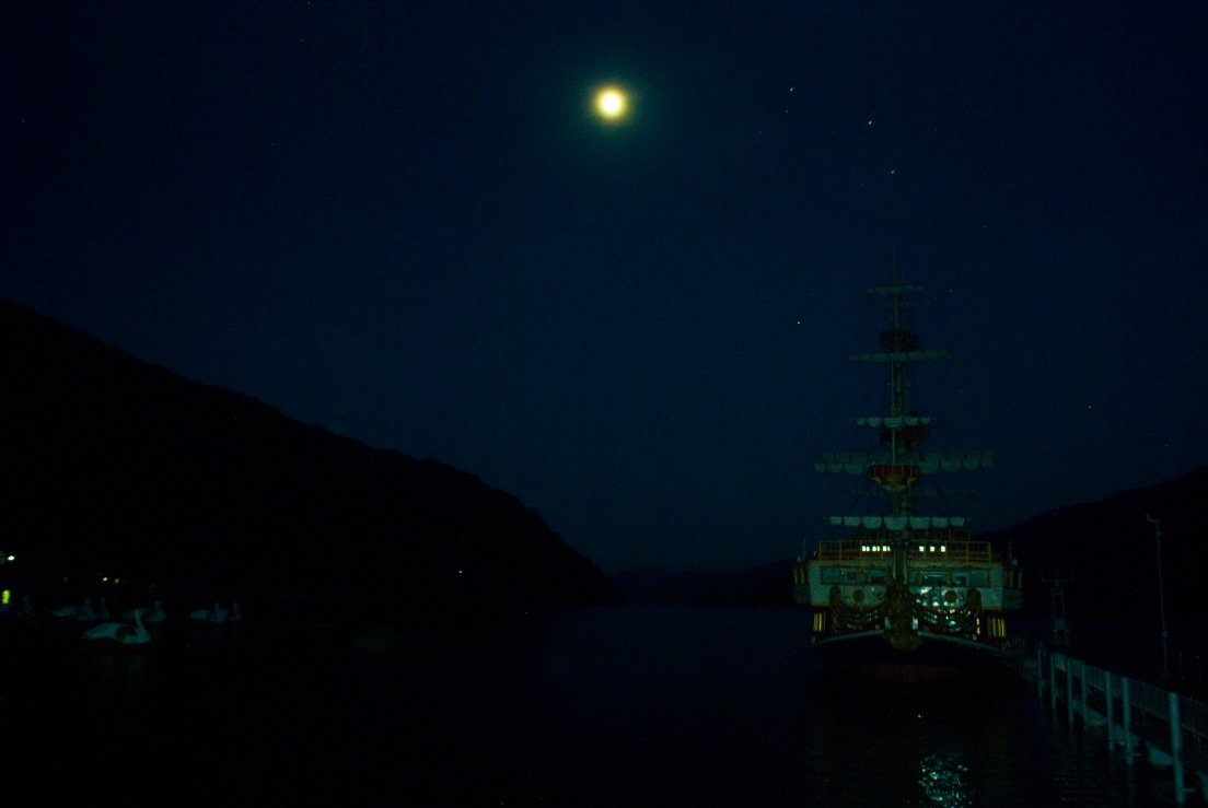 Hakone Pirate Ship by night floating above the dark waters of the lake, Hakone #046, 09 août 2011