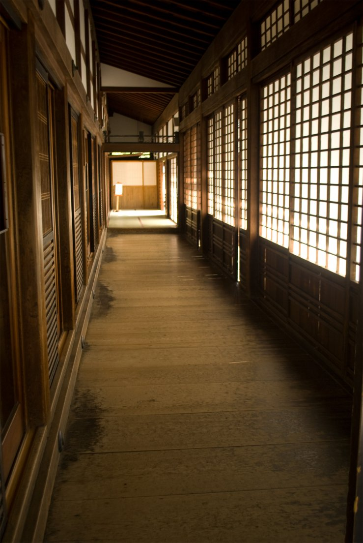 A wooden corridor with panels in traditional japanese architectural style, Kyōtō #016, 07 août 2011