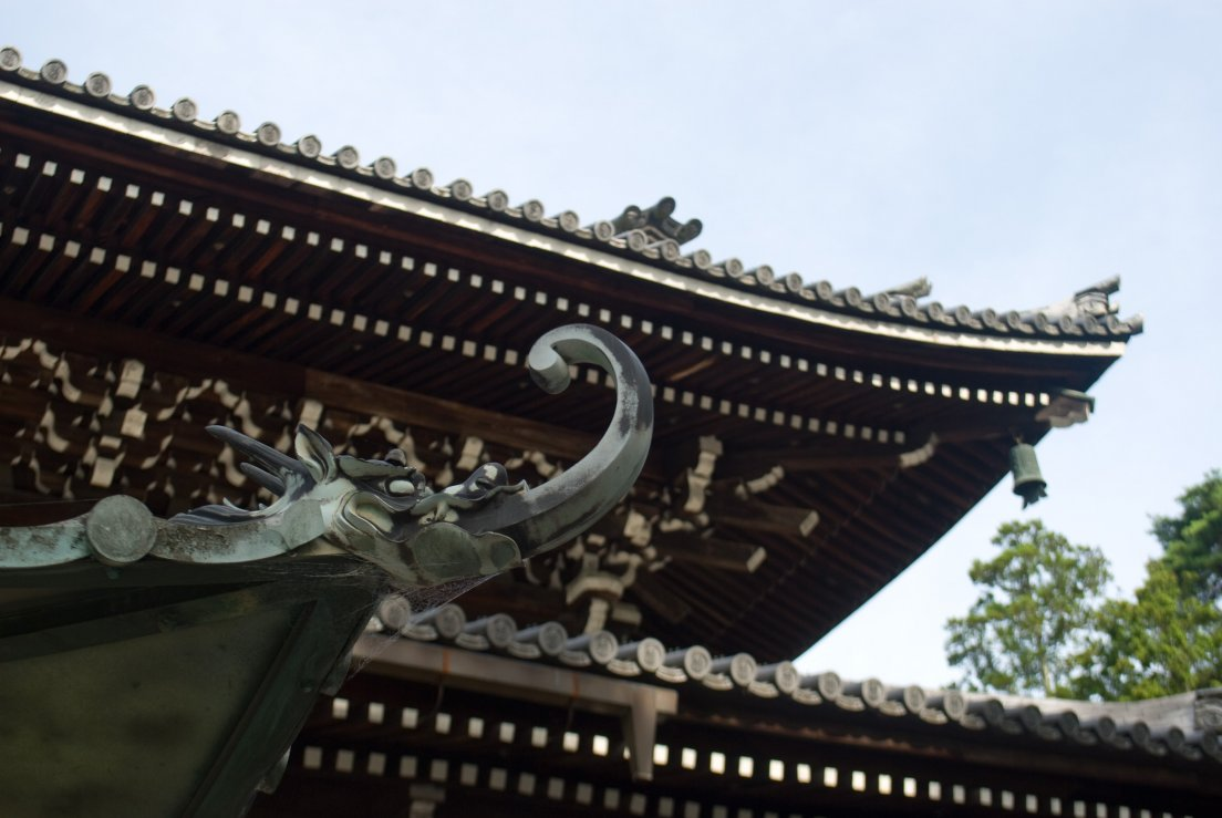 Detail of a traditional japanese roof featuring a dragon, Kyōtō #027, 07 août 2011
