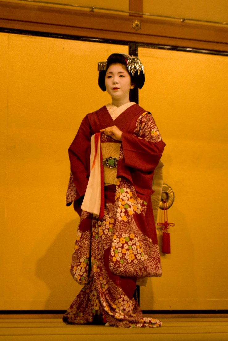 A Meiko (apprentice Geisha) demonstrating in a traditional show in Gion Corner the theatre, Kyōtō #052, 07 août 2011