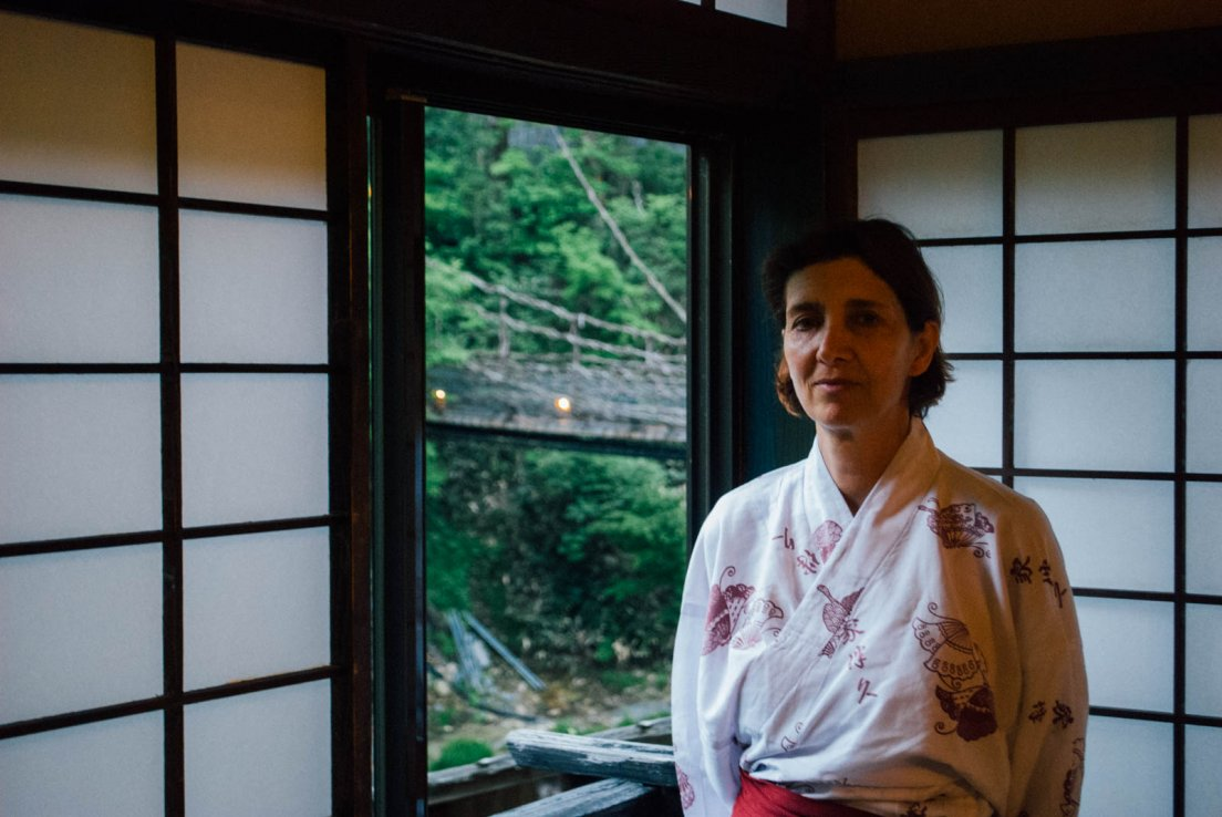 A western lady in yukata in a traditional japanese room