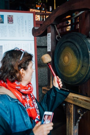 Ringing a gong
